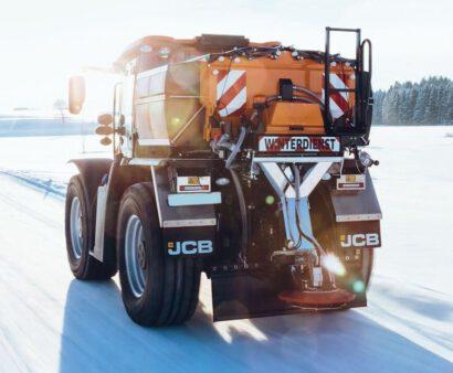 Fastrac Kommunal im Wintereinsatz während der Salzstreuung auf einer Schneefahrbahn